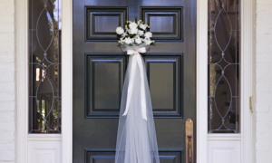 Украшение входной двери на свадьбу